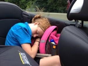 Eniek slaapt in de auto