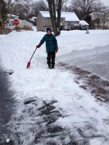 stijn schept sneeuw