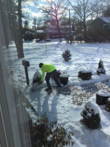stijn ruimt sneeuw